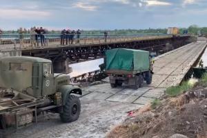 Військові випробували понтонну переправу біля зруйнованого мосту на Дніпропетровщині