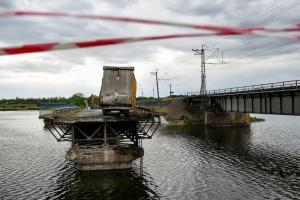 На Днепропетровщине военные установили понтонну переправу возле разрушенного моста