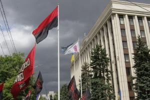 На флагштоке возле Днепропетровской ОГА активисты подняли красно-черный флаг