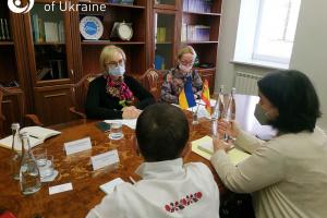 Испанцы хотят забрать младенцев: Денисова встретилась с послом относительно суррогатного материнства