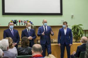 Уряд опікуватиметься проблемами медиків, які працюють з коронахворими - Шмигаль