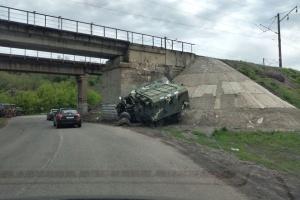 """На Харківщині військовий """"ЗІЛ"""" в'їхав в опору мосту, є постраждалі"""