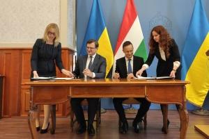 Kuleba und Szijjarto unterzeichnen in Budapest eine Reihe von Dokumenten
