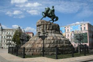 """Ко Дню Киева памятники """"спели"""" романс"""