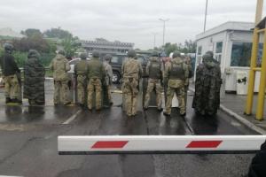 """Главы ГПСУ и Гостаможслужбы вылетели к водителям, которые заблокировали КПП """"Тиса"""""""
