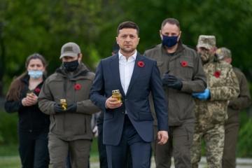 Selenskyj gedenkt an ukrainisch-russischer Grenze die Gefallenen im Zweiten Weltkrieg