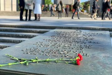 Українські дипломати вшановують пам'ять загиблих воїнів у Другій світовій війні