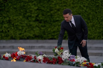 Tag des Sieges: Präsident legt Blumen zur Ewigen Flamme in Kyjiw nieder