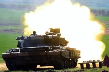 Les militaires ukrainiens s'entraînent au tir dans le Donbass