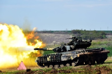 Ukrainian tankers hold live-fire exercise in Donbas