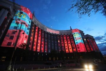 政府庁舎にクリミア・タタール民族との連帯を示す映像投映