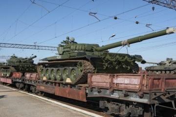 Inteligencia: Rusia suministra tres vagones con municiones y tanques al Donbás