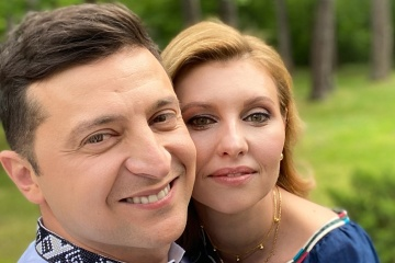 Wolodymyr und Olena Selenskyj schenken Wyschywankas Staats- und Regierungschefs anderer Länder