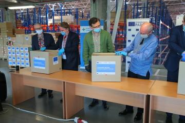 Diplomáticos de Ucrania y los países de la UE envían kits de protección médica a las regiones