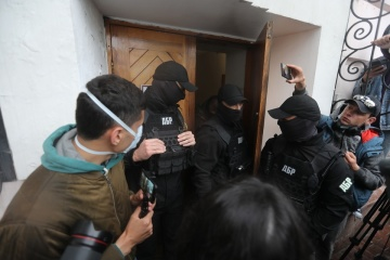 国家捜査局職員、ポロシェンコ前大統領の配偶者へ出頭要請を渡すために美術館進入