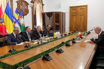 Frankreich wird zum Beitritt der Ukraine zum NATO- Partnerschaftsprogramm beitragen