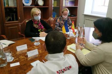 Denísova se reúne con la Embajadora de España con respecto a la gestación subrogada
