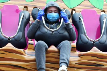 Масове носіння масок може приборкати пандемію за 6-12 тижнів - головний епідеміолог США