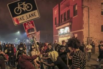 Протесты охватили США после гибели афроамериканца в Миннесоте