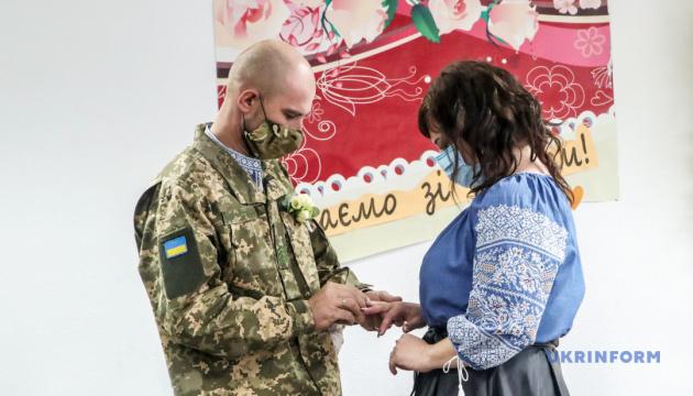 В госпитале раненый военный ВСУ женился на невесте