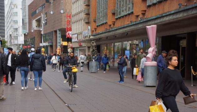 Мешканці Нідерландів вишикувались у черги до відчинених крамниць