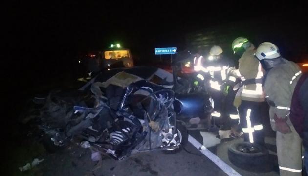На Дніпропетровщині зіткнулися легковик і вантажівка, двоє загиблих