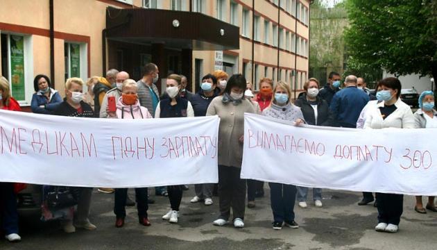 У Вінниці лікарі обурені мізерною доплатою за роботу з коронавірусом