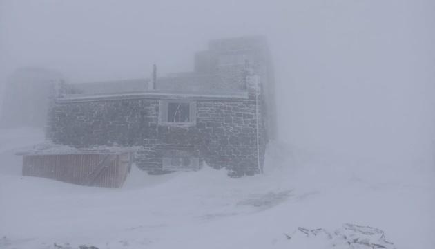Карпати замітає - випало 15 сантиметрів снігу