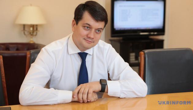 Разумков вважає, що депутати повинні виступати в Раді українською
