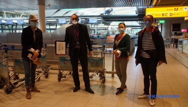 Спецрейсом із Амстердама повертаються в Україну 159 моряків