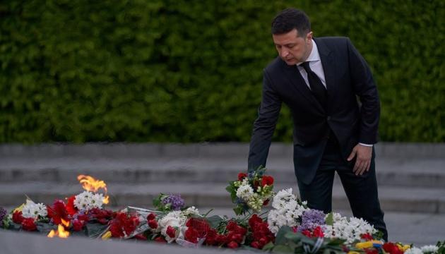 Президент поклав квіти до Вічного вогню в Києві