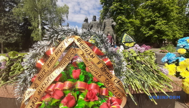 В Виннице День победы над нацизмом отмечают возложением цветов и автопробегами