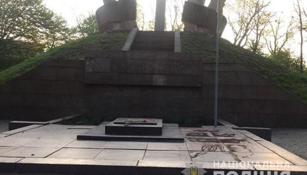 У Тернополі затримали вандала, який розмалював фарбою церкву та меморіал Другої світової