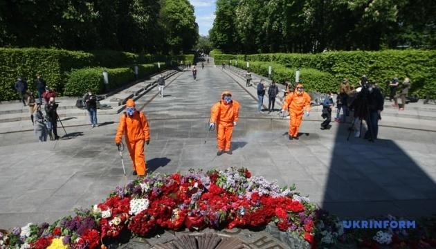 Аллею Героев Крут и Парк Вечной Славы дезинфицируют каждый час