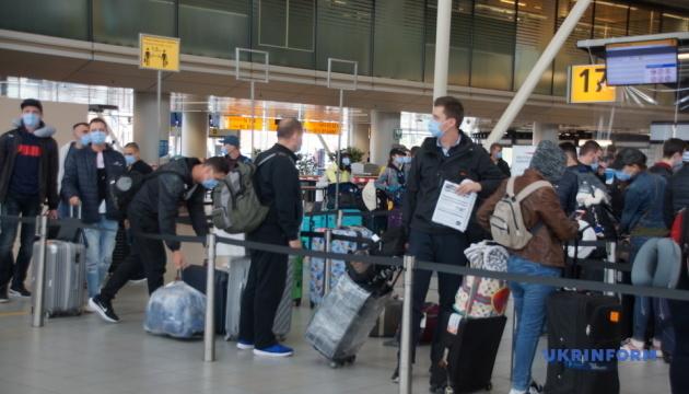 Спецрейсом із Амстердама повертаються 177 українських моряків