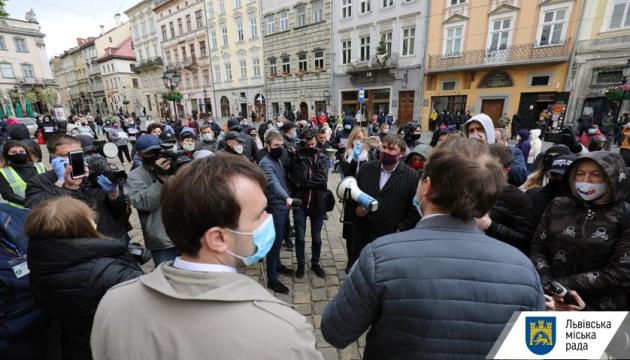 У Луцьку і Львові пікетували мерії, вимагаючи дозволити торгівлю промтоварами