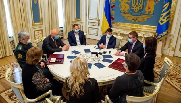 Президент вручил ордена родственникам погибших офицеров СБУ на Донбассе