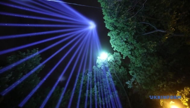 「文化制限ストップ」文化業界関係者が抗議 夜空に向け光線