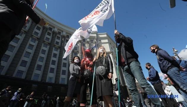 Перевізники протестують під Кабміном - вимагають запустити транспорт