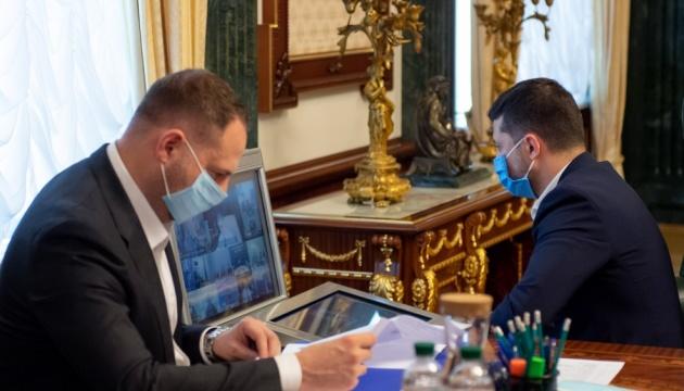 Президент закликає пришвидшити виплату надбавок лікарям
