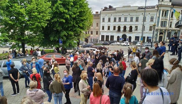 Після пікету підприємців міськрада Чернівців дозволила роботу непродовольчих ринків