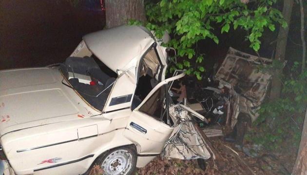 На Київщині автомобіль влетів у дерево, троє загиблих