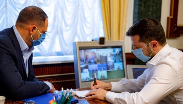 Нарада у Зеленського: 300% лікарям за березень повністю виплатили у 14 областях