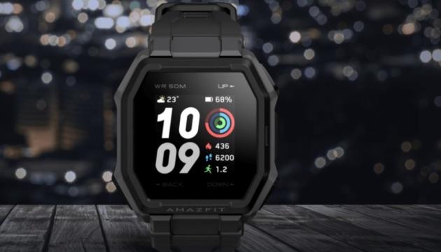 """Xiaomi представила """"умные"""" часы с батареей на 14 дней"""