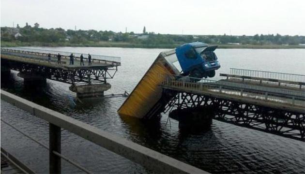 Міст, що обвалився на Дніпропетровщині, був закритий для вантажівок, але водії ігнорували це