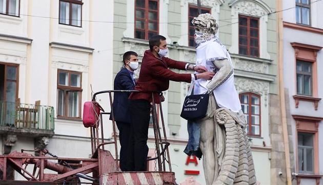 У Львові лікарі одягнуть левів-охоронців Ратуші у вишиванки і маски