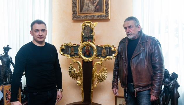Колекціонер Віктор Лещинський врятуав унікальний козацький хрест