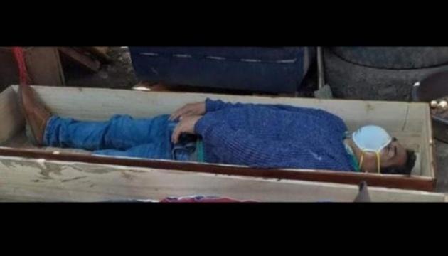 У Перу мер сховався у труні, аби не арештували за порушення карантину