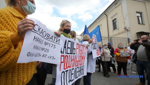 Протест медиків у Харкові: голову місцевого осередку ОПЗЖ облили зеленкою