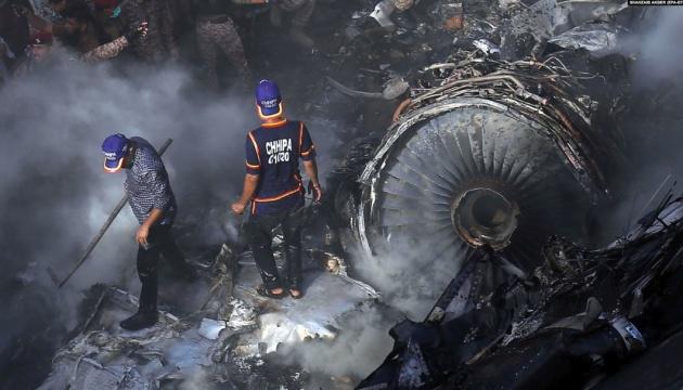 Пакистан підтвердив загибель щонайменше 76 осіб в авіакатастрофі біля Карачі